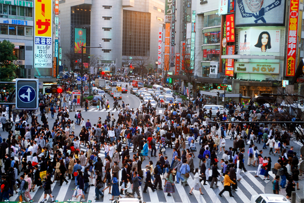 B2K8FX Pedestrians filling crosswalks in Shibuya district of Tokyo